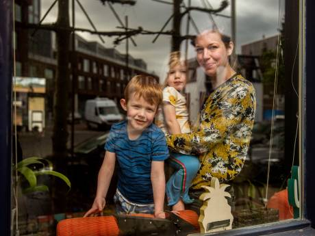 Bredase fotograaf richt camera op het gezinsleven achter glas