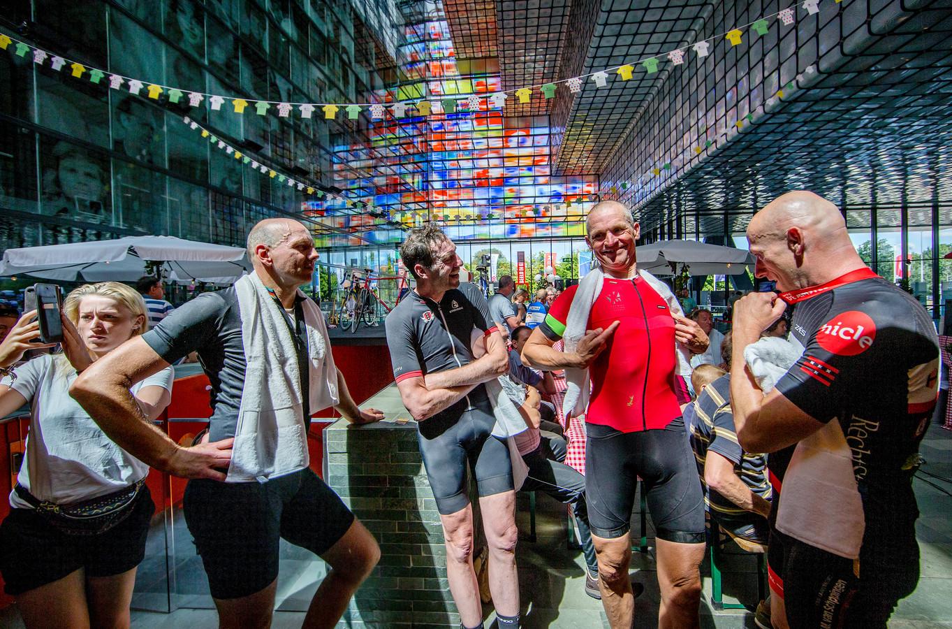 Publiek bij Radio Tour de France op het mediapark in het gebouw van Beeld en Geluid.
