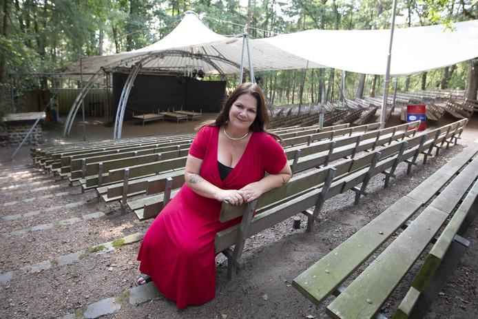 Regisseuse Sanne Kamst-Velthuis baalt dat ze de première van haar muzikale theaterstuk 'Nooit Vergeten...' moet verplaatsen omdat die avond net de finale van het Eurovisiesongfestival wordt uitgezonden.