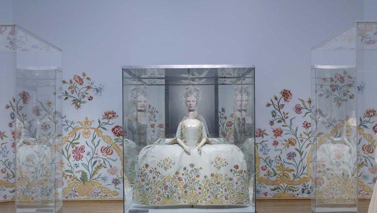 Jurk op de modetentoonstelling Catwalk in het Rijksmuseum. Beeld Carola van Wijk
