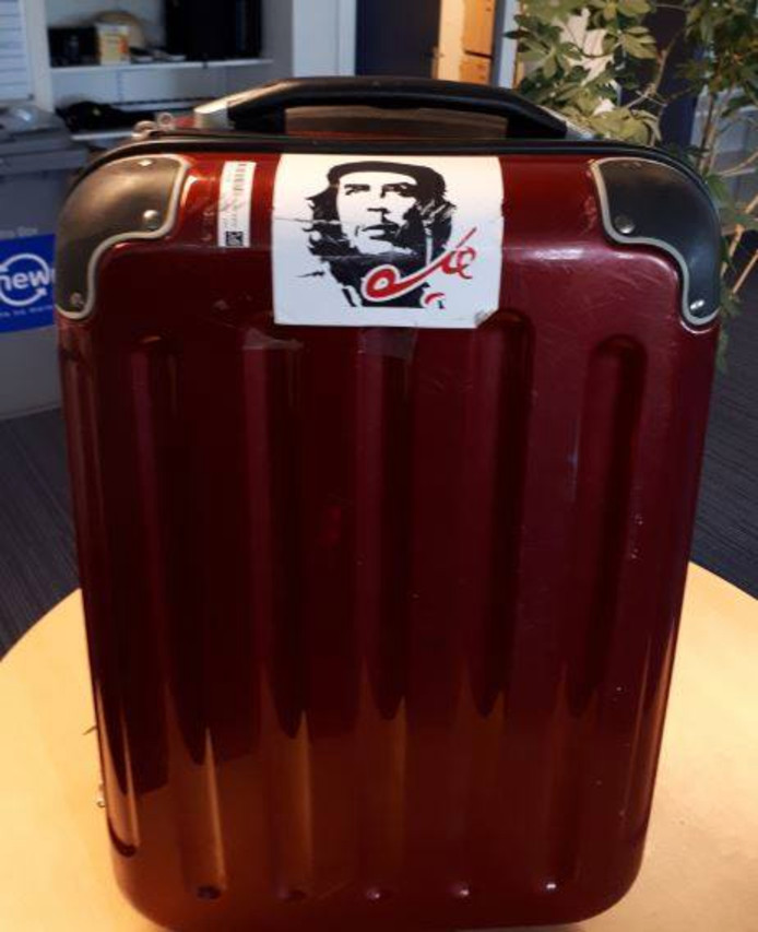 De Che Guevara-sticker is een karakteristiek detail aan de koffer.