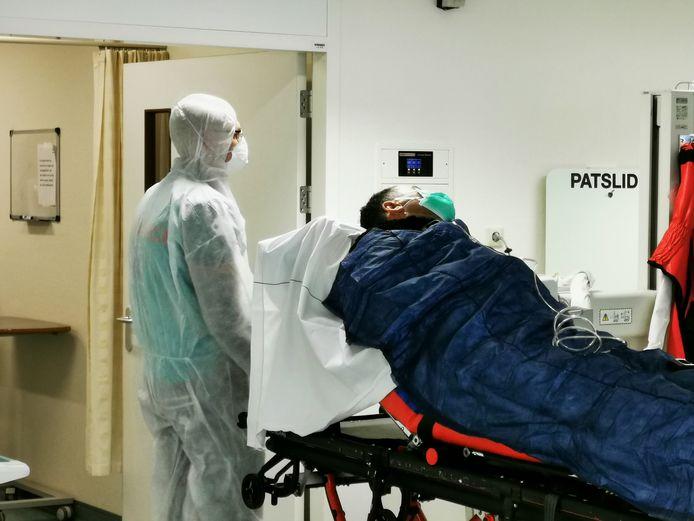 Een coronapatiënt in het Arnhemse ziekenhuis Rijnstate. Foto ter illustratie.