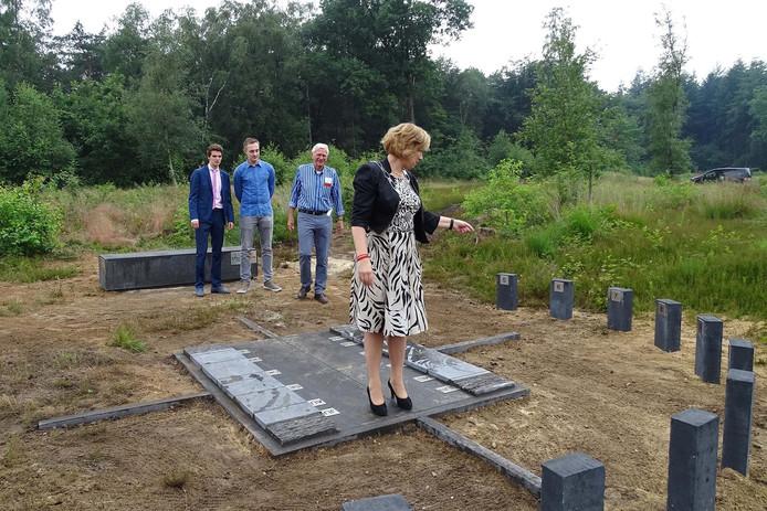 Burgemeester Anneke Raven probeert de zonnewijzer uit. De Waerdenborch-leerlingen Thijs van de Haar en Michaël Zwezerijn en voorzitter Cor Kolthof van de sterrenwacht kijken toe.