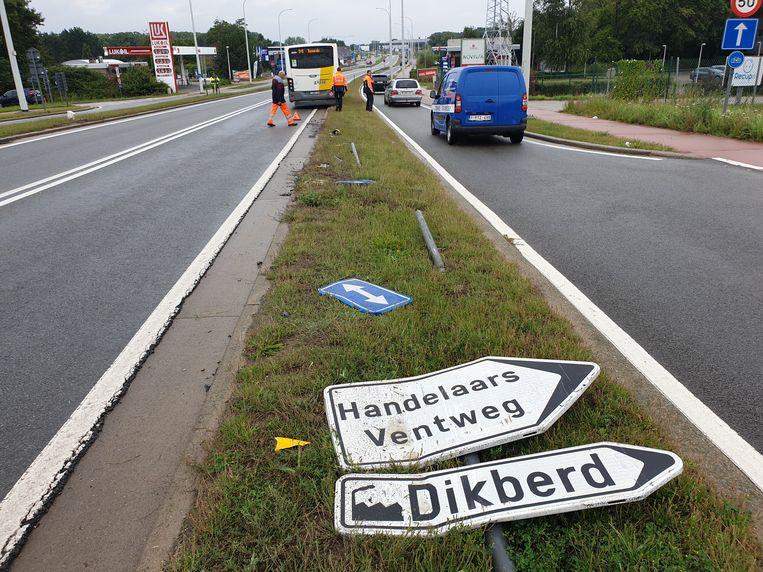 De Lijnbus liet een spoor van vernielde verkeersborden na.