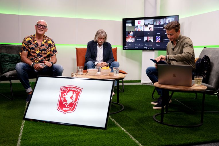Rene van der Gijp, Johan Derksen en Wilfred Genee tijdens een online uitzending voor de businessclub van FC Twente. Beeld ANP