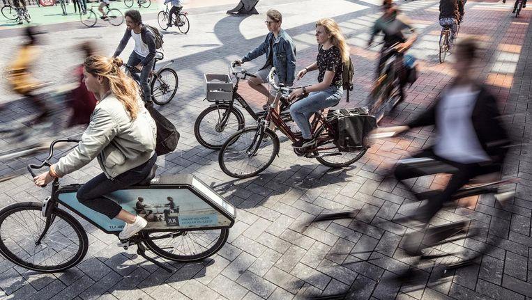 Inhouden is noodzaak op de shared space bij CS. De e-bike overkomt dit overal in de stad Beeld Martin Dijkstra