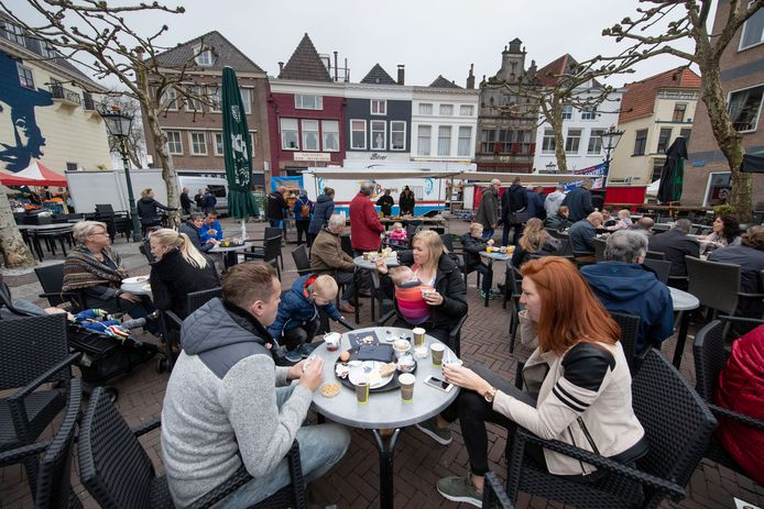 Archieffoto. De start van het terrasseizoen in 2018 op de Plantage in Kampen.
