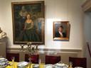 Een blik op de expositie: Koning Willem-Alexander hangt als lid van Zwanenbroeders pal naast zijn oma Juliana. Ook zij was lid van het genootschap net als prinses Beatrix dat is