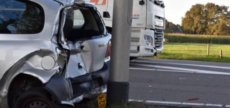 Vrachtwagen botst op personenauto op N340 bij Oudleusen
