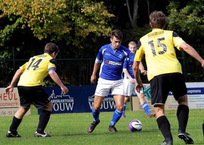 Maarten Lamme (midden) scoorde eenmaal tegen Schoondijke. (archieffoto)