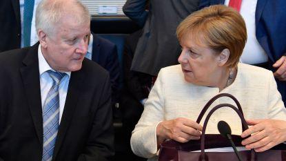 Beierse zusterpartij van Merkel krijgt klappen in peilingen na asielcompromis