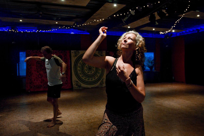 De Bredase Chantal Clarijs neemt deel aan de ecstatic dance avond.