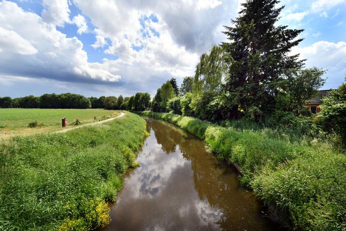 Een 'strak getrokken' Dinkel nabij Glane. Het water moet in de toekomst weer natuurlijker stromen.