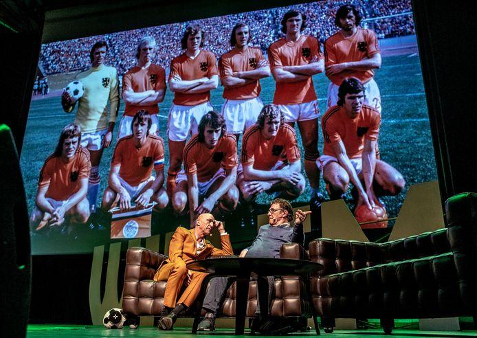 Wilfried de Jong praat met Willem van Hanegem over het WK van 1974.