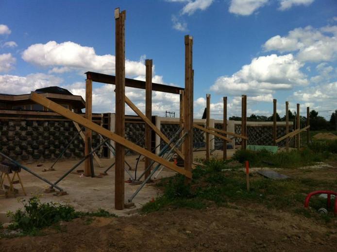 Drie andere Aardehuizen zijn ook al in aanbouw. Foto Matthijs Oppenhuizen