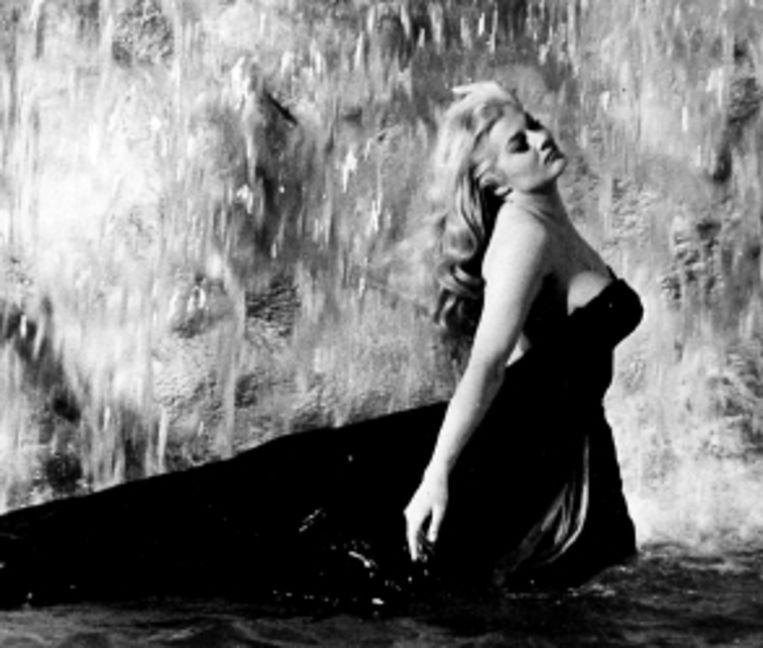 De klassieke verleidingsscÿne van Anita Ekberg in ¿La Dolce Vita¿. (Trouw) Beeld