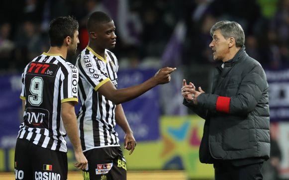 Charleroi-coach Felice Mazzu en zijn spelers Kaveh Rezaei (L) en Chris Bedia.