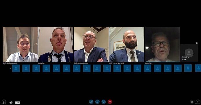 Screenshot van de digitale raadsvergadering, met rechts wethouder Frits Rorink (CDA), vanuit de auto 'in de uitzending'.