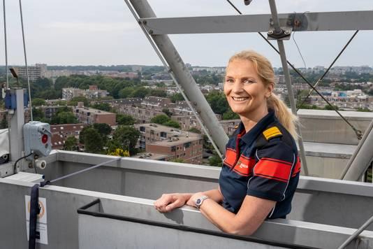Esther Lieben (55), commandant van de Brandweer Haaglanden, maakt zich zorgen over steeds meer hoogbouw en de toename van het aantal elektrische auto's.
