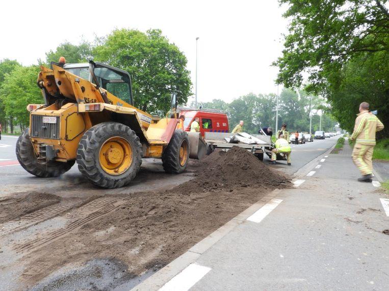De brandweer zette een bulldozer in om de aarde van de rijbaan te verwijderen.
