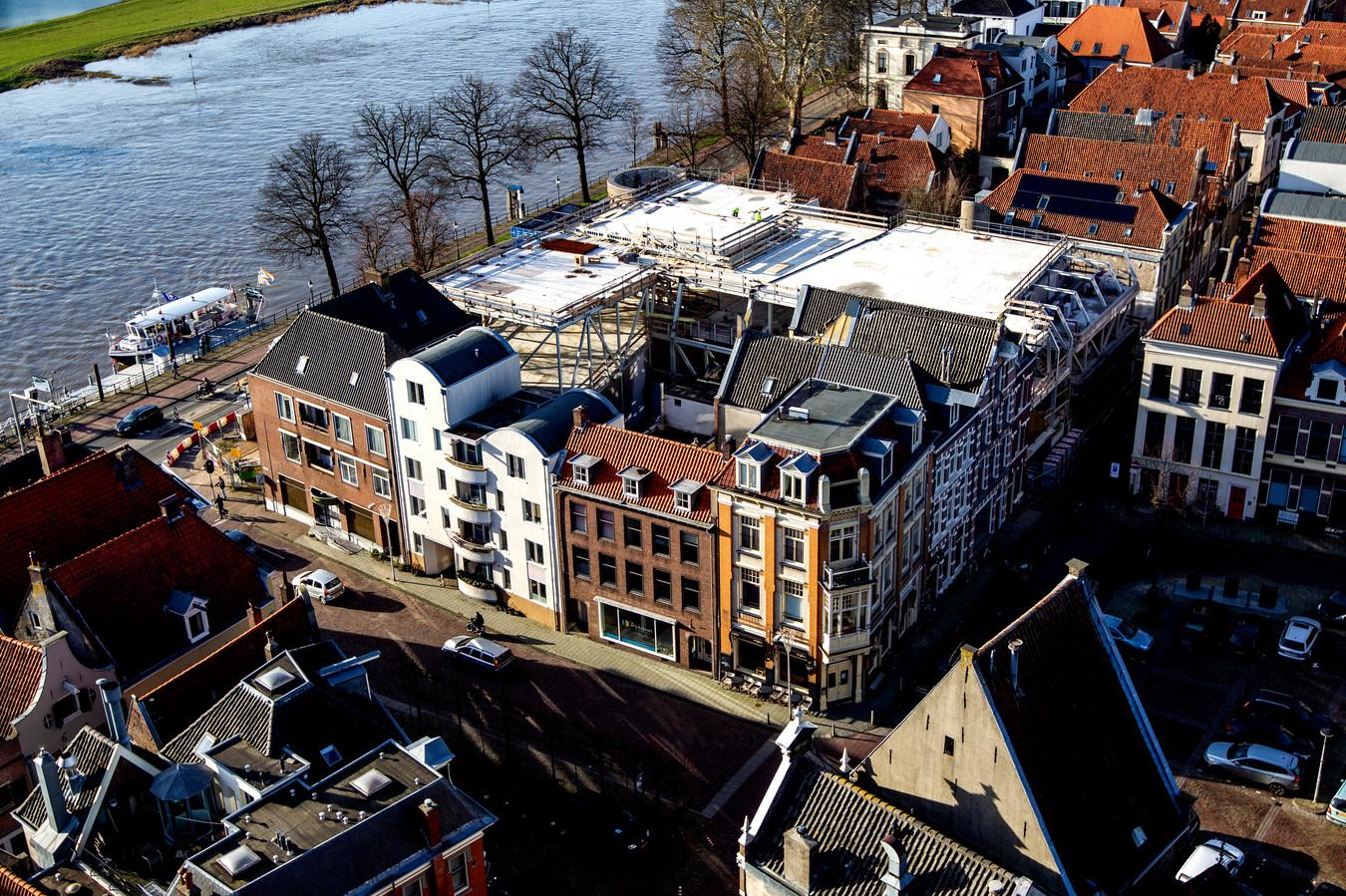 Het in aanbouw zijnde filmtheater langs rivier de IJssel. Buren zijn ontstemd over de luchtbehandelingsinstallatie die op het dak zou moeten worden geplaatst. In het oorspronkelijk ontwerp zou dit nog inpandig worden weggewerkt. Nu wordt gevreesd voor onder andere geluids- en geurhinder.