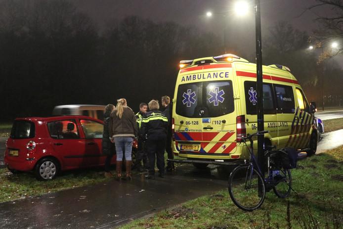 De gewonde fietsster ging mee met de ambulance.