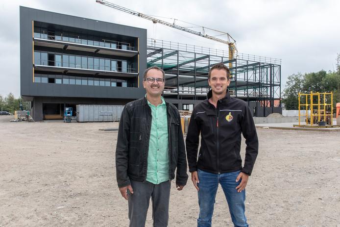 Vader Lijn en zoon Lindert Moerdijk bij de nieuwe volautomatische uiensorteerfabriek in aanbouw.