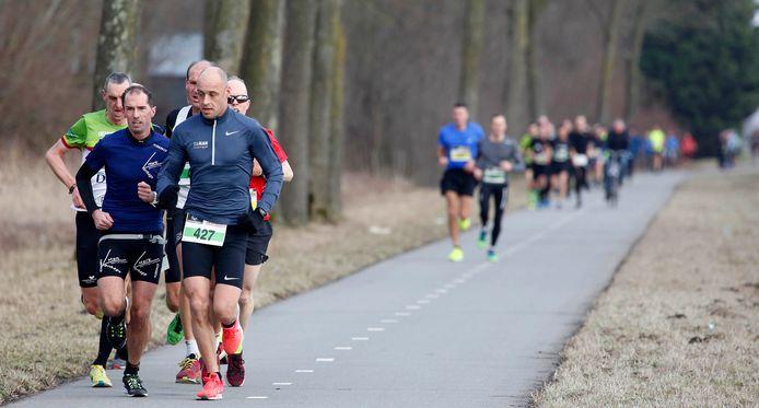 Mark Verhage (links) won zaterdag in Axel.
