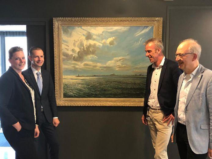 Schilderij 'Gezicht op het Haringvliet over Middelharnis en Sommelsdijk' hangt weer in het stadhuis van Doetinchem. Links de wethouders Maureen Sluiter en Jorik Huizinga, rechts de wethouders Rens Steintjes en Frans Langeveld,
