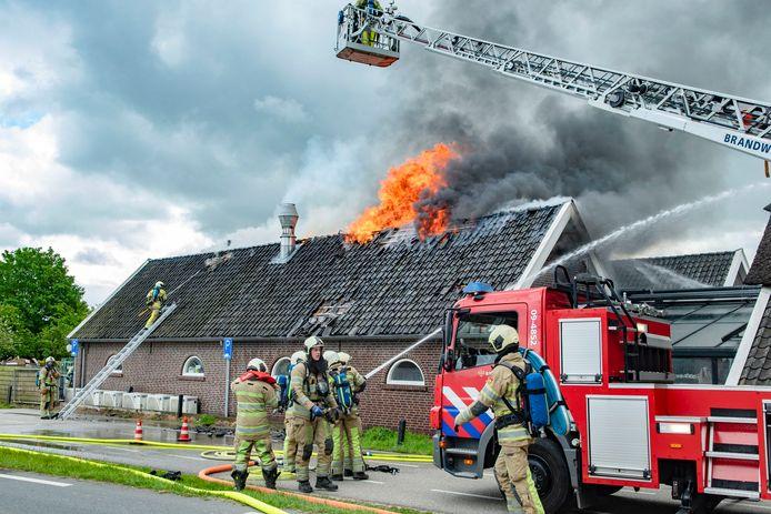 De vlammen slaan uit het dak van de bakkerij.