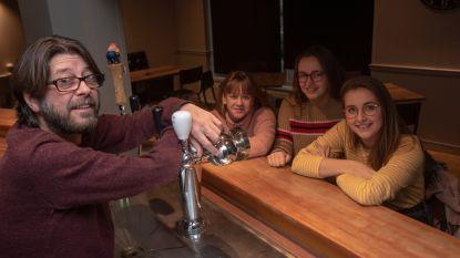 Pascal en dochters openen muziek- en praatcafé Janda's