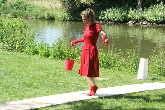 De vrouw in het rood in Geldermalsen