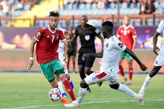 Hakim Ziyech probeert verdediger Danzil Haoseb van Namibië te omspelen.