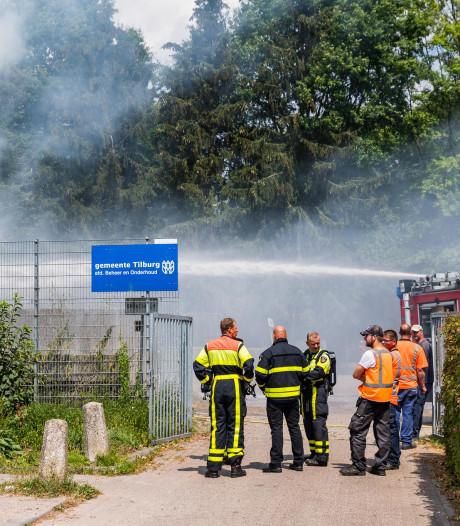 Brand op opslagterrein gemeente Tilburg, berg met snoeiafval vat vlam