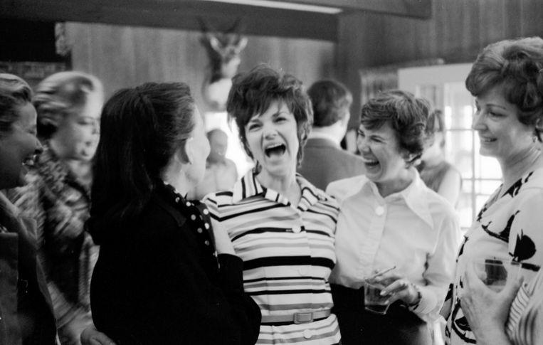 Marilyn Lovell (in streepjesjurk), de vrouw van astronaut James Lovell. Beeld Getty