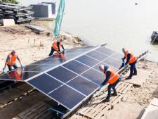 Bootje voor bootje breidt drijvend zonnepark Kloosterhaar uit: duizenden panelen