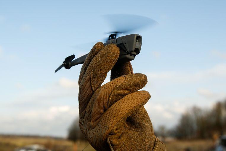 Ank Bijleveld: 'In de Black Hornet zitten beweegbare camera's die gebruikt kunnen worden voor verkenningsvluchten.' Beeld Bloomberg via Getty Images