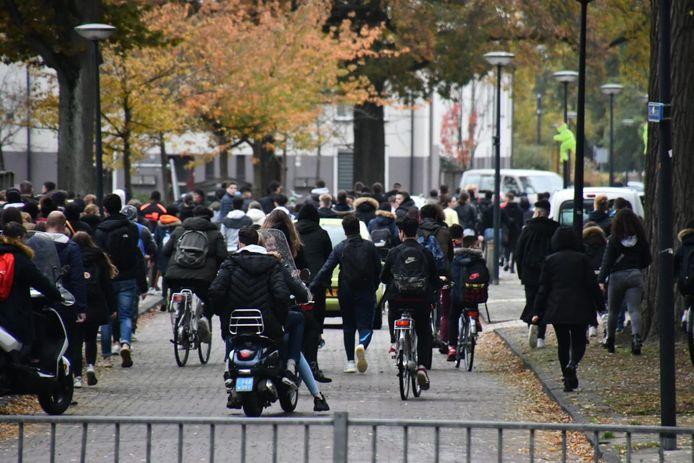 Tientallen scholieren hebben zich verzameld in de straten rondom de Wethouder Beversstraat