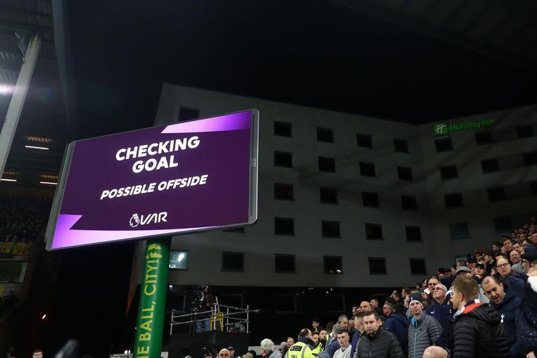 Het scherm aan de binnenzijde van het stadium tijdens de Premier League wedstrijd tussen Norwich City en Tottenham Hotspur. Beeld Getty Images