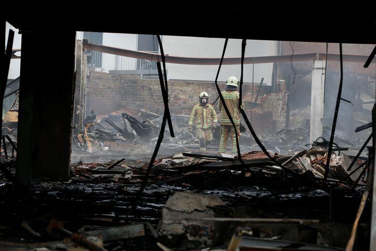 Bij de zware brand in een leegstand winkelcomplex kwamen twee brandweermannen om het leven.