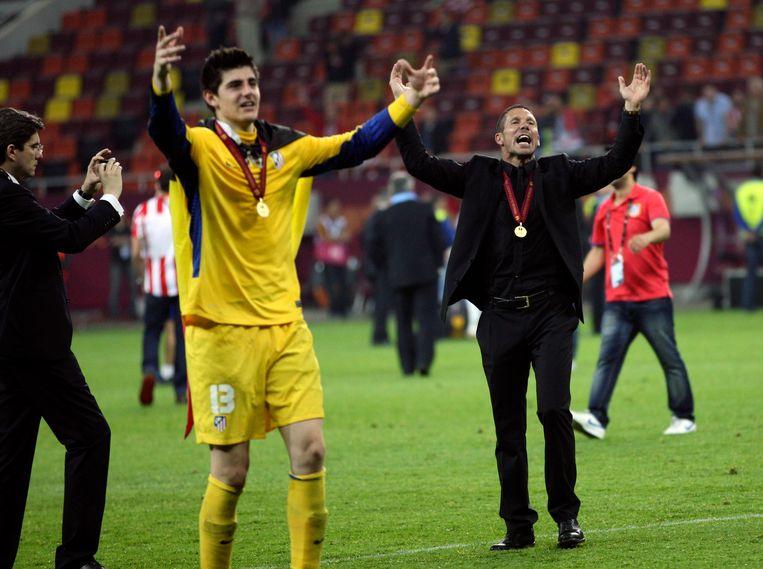 9 mei 2012: Thibaut Courtois viert aan de zijde van coach Diego Simeone na de gewonnen finale van de Europa League.