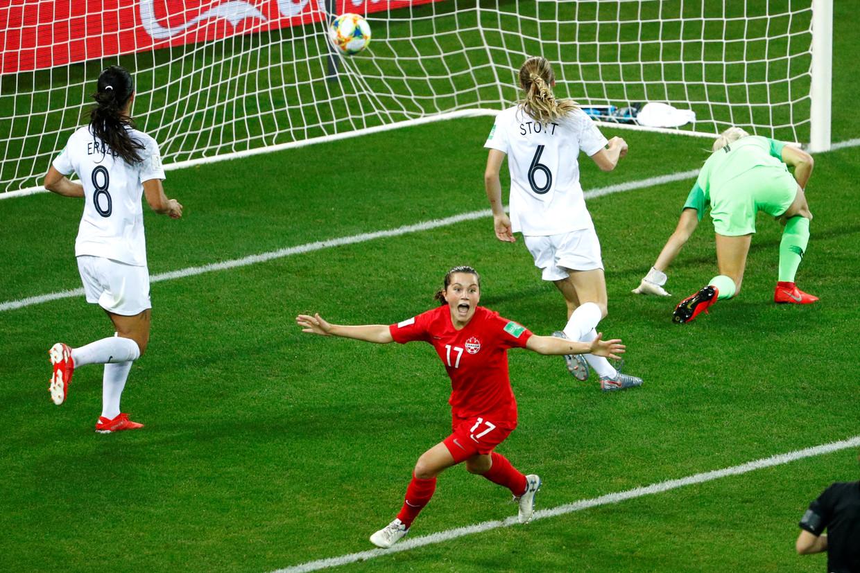 Grote belofte Jessie Fleming maakt voor Canada het eerste doelpunt tegen Nieuw-Zeeland, een wedstrijd die gewonnen werd met 2-0.