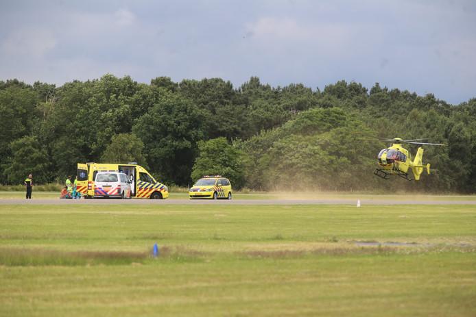 Onder meer een traumahelikopter werd opgeroepen. Een persoon raakte gewond bij de landing bij Breda International Airport na een parachutesprong.