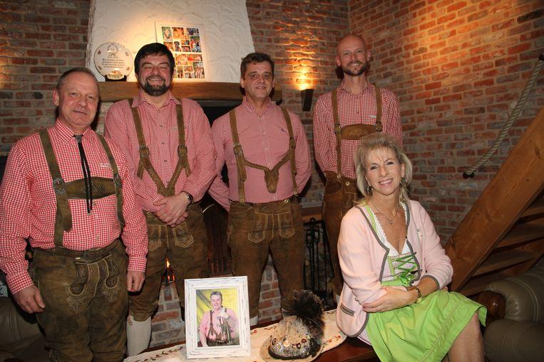 Het bestuur van Die Original Dorfmusikanten viert zijn dertigste verjaardag en herdenkt hun stichter Marc Debruyne.