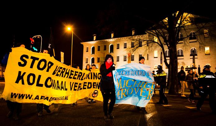 Actievoerders demonstreren bij het Scheepvaartmuseum tegen de film Michiel de Ruyter tijdens de premiere. De actiegroep Michiel de Rover verzet zich tegen de heldenstatus van de zeevaarder.