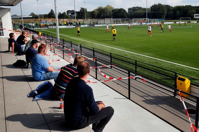 Bij SV Meerkerk is de tribune afgezet met linten om de anderhalve meter afstand te bewaren.