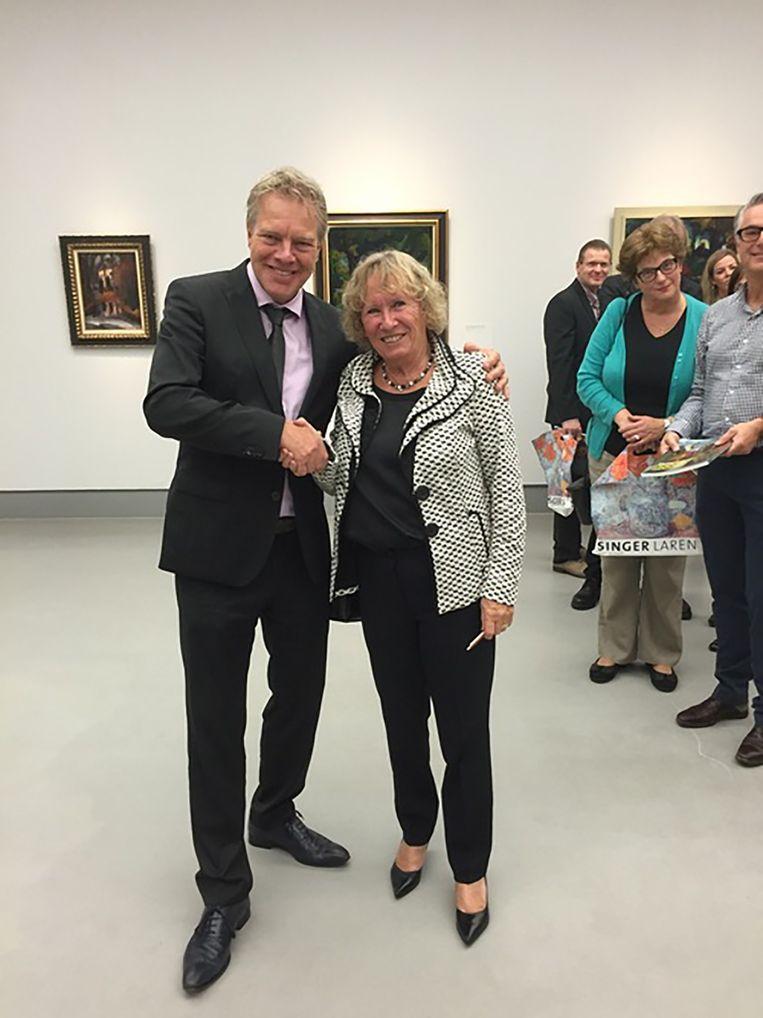 Museumdirecteur Wieringa met verzamelaarster Smithuis. Beeld NHD