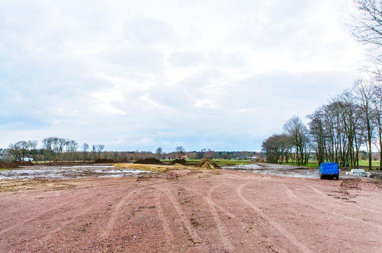 De werken voor de aanleg van het bijna 10 ha grote nieuwe kampeerterrein langs de Grotestraat zullen wellicht nog lange tijd noodgedwongen stilliggen.