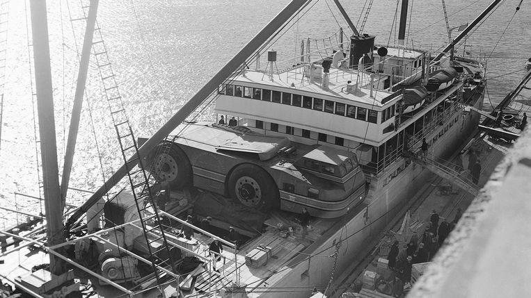Het voertuig stak uit op de boot tijdens transport, zo groot was het.