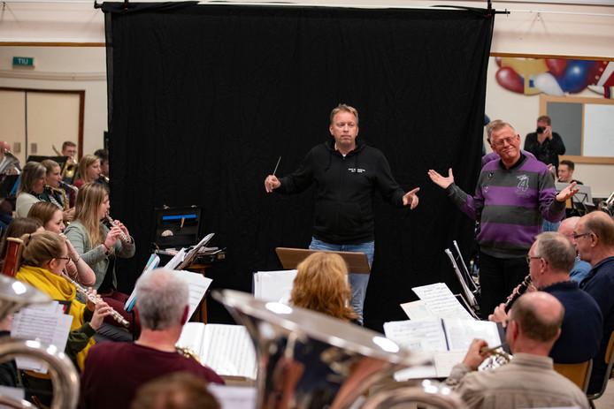 Fotograaf Richard Tennekes oefent voor Maestro bij AMDG. Dirigent Han Koek (rechts) geeft aanwijzingen.